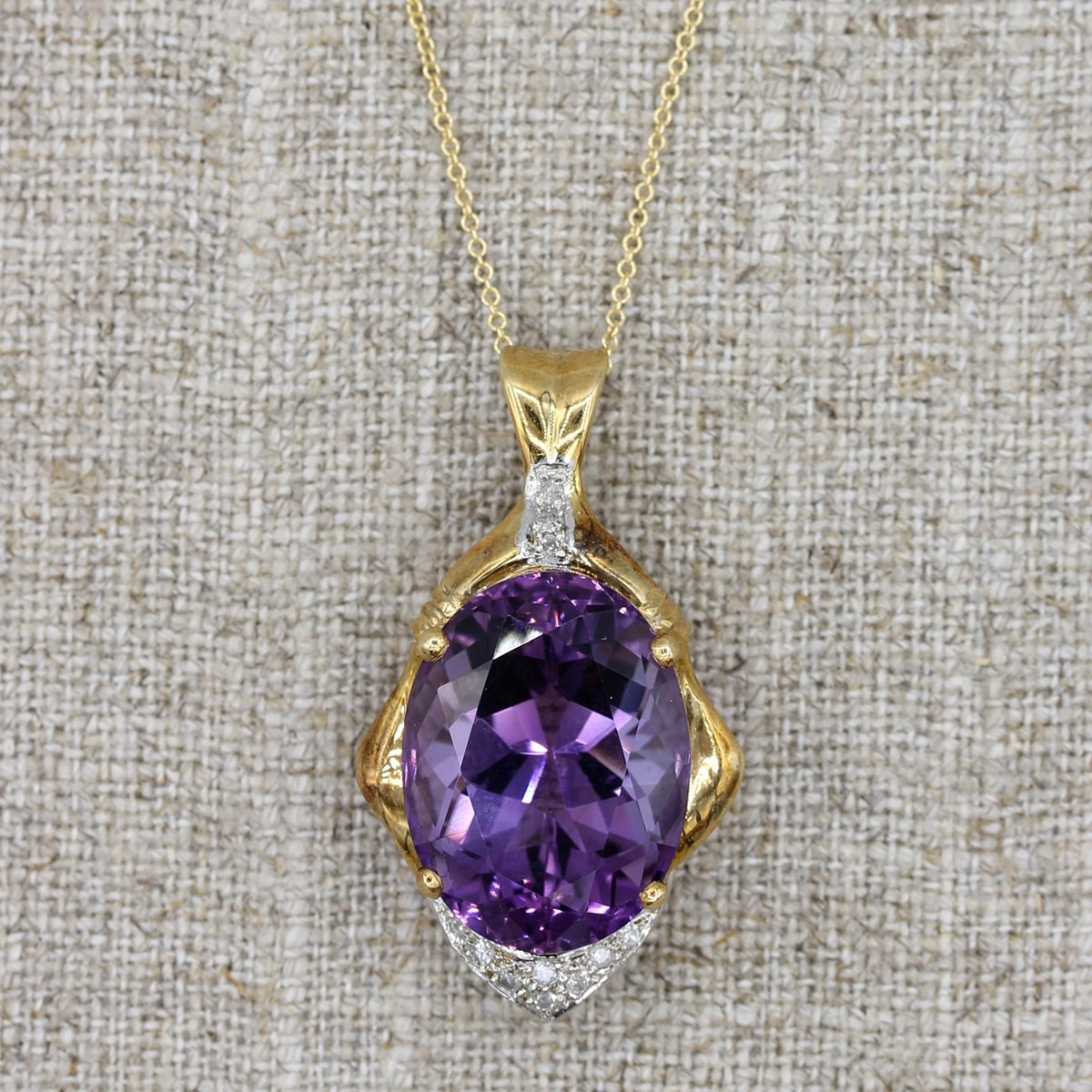 VINTAGE 14K YELLOW GOLD NECKLACE WITH OVAL SHAPE AMETHYST PENDANT