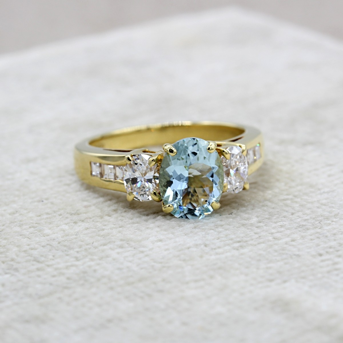 VINTAGE 14K YELLOW GOLD AQUAMARINE AND DIAMOND RING